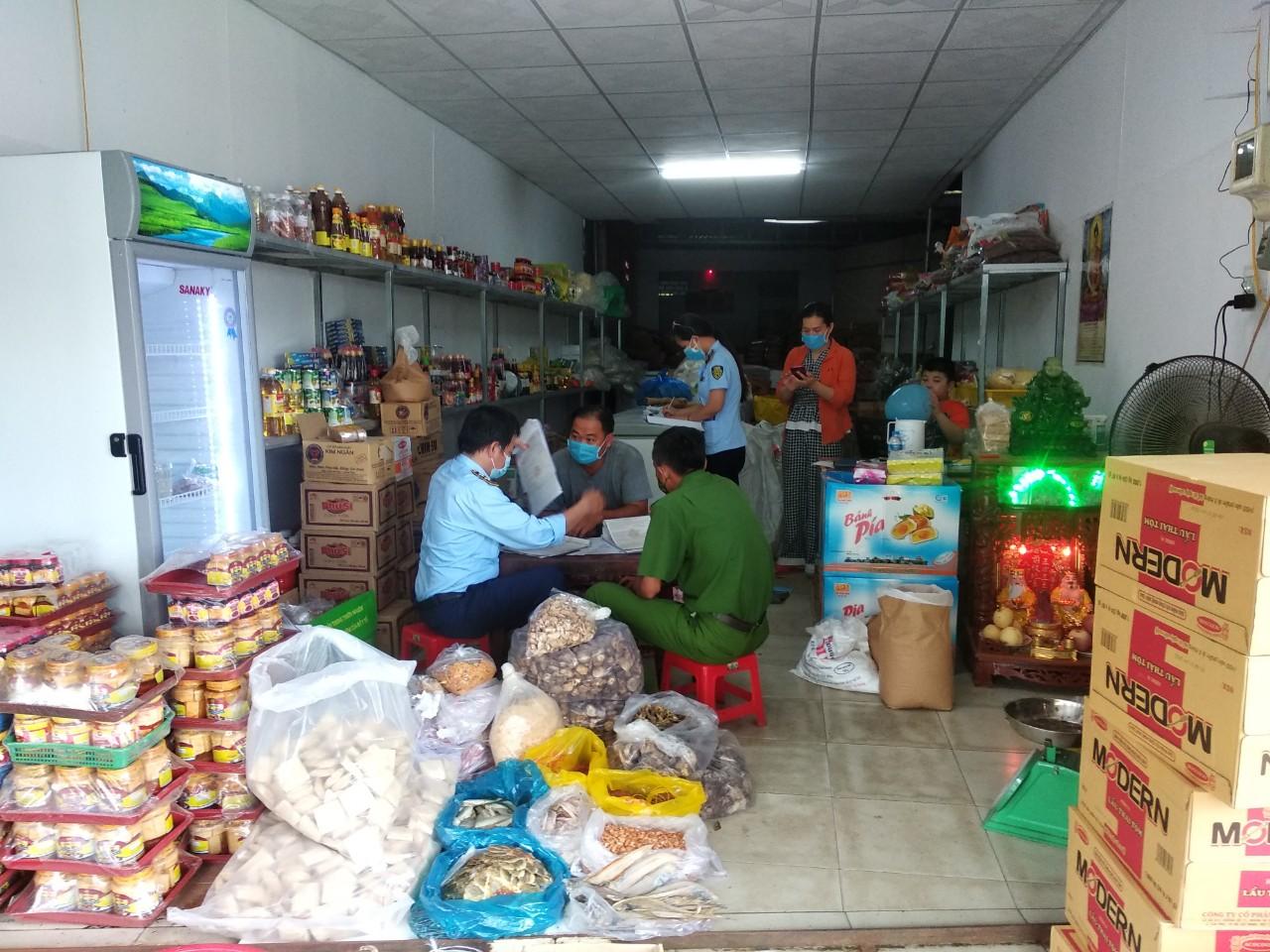 Đội QLTT số 2 thuộc Cục QLTT thành phố Cần Thơ xử phạt 01 cơ sở kinh doanh thực phẩm từ phản ánh của người tiêu dùng qua đường dây nóng